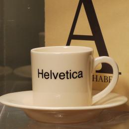 Tasse expresso et soucoupe décoration typo Helvetica